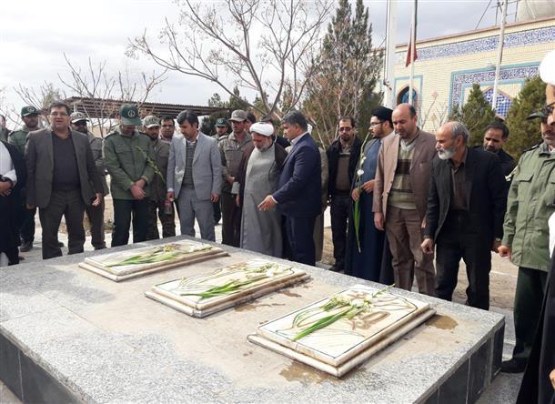 مراسم غبار روبي از مزار شهداي شهر خوسف با حضور و شركت مسولان
